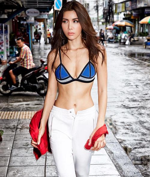 Minh Tú thu hút ánh nhìn khi xuất hiện trên phố với mẫu bikini tôn vòng một gợi cảm cùng quần thể thao và áo khoác tông màu nổi.