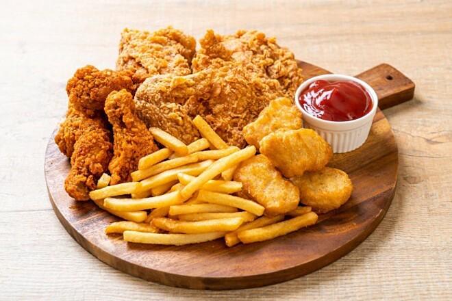 Bữa trưa nhiều dầu mỡ, thực phẩm chiên rán không tốt cho sức khỏe cũng như cân nặng.