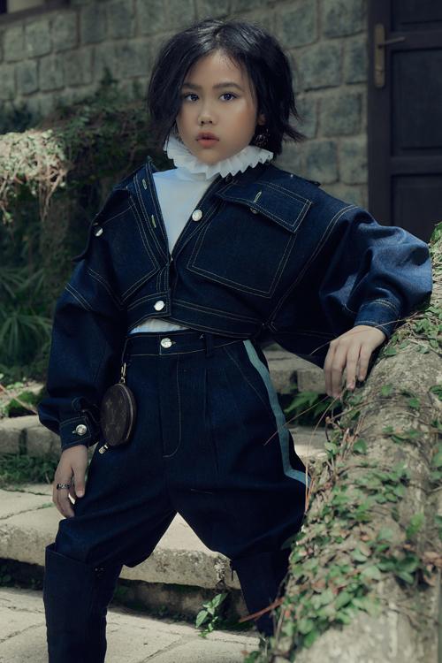 Trong loạt thế kế mới, Ivan Trần còn dùng chất liệu jeans và denim để mang tới nét cá tính cho dòng thời trang thiếu nhi.