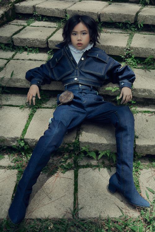 Set đồ denim xanh khoe khoắn và không kém phần bắt mắt với áo jacket dáng lửng, quần và bốt ton-sur-ton.