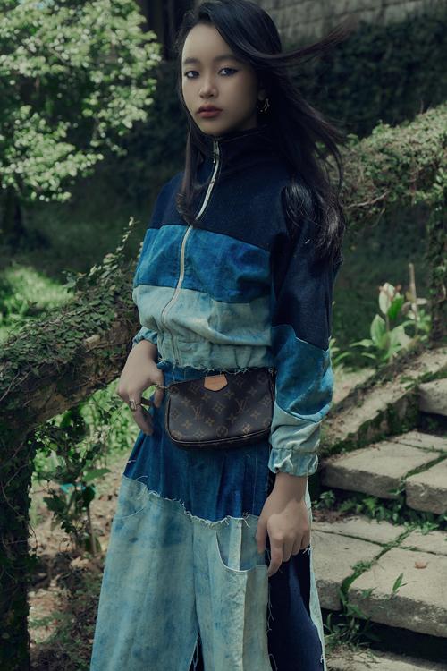 Vải denim còn được nhà mốt Việt nhuộm màu DIY để mang tới nét độc đáo cho áo khoác cùng quần suông khó đụng hàng.
