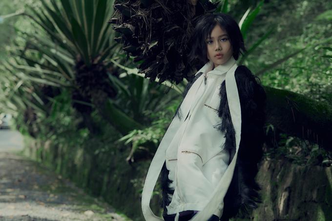 Khánh An khoe nét cá tính trong bộ cánh đậm chất thu đông của nhà mốt Việt. Cô bé là gương mặt nổi bật trong làng mẫu nhí thời điểm hiện tại. Dù xuất hiện trên sàn catwalk hay các bộ ảnh, Khánh An đều gây sức hút với thần thái ấn tượng.