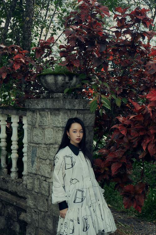 Phương Anh thanh lịch với váy hạ eo. Trang phục tông trắng được Ivan Trần tạo điểm nhấn bắt mắt với hoạ tiết lập thể, màu tương phản.