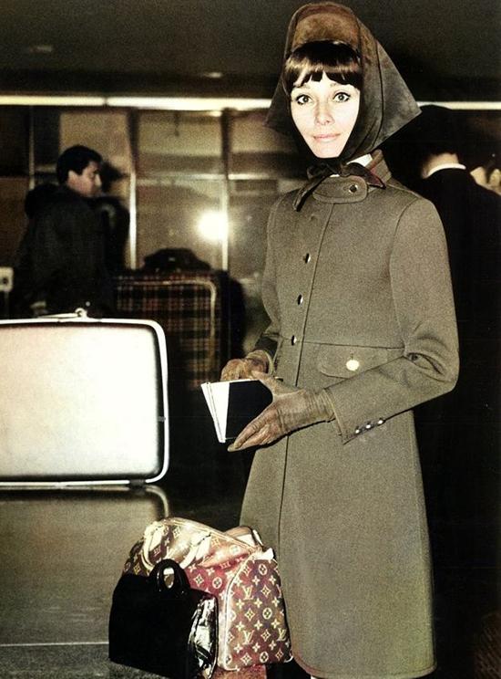 Audrey Hepburn bên mẫu túi Louis Vuitton Speedy.