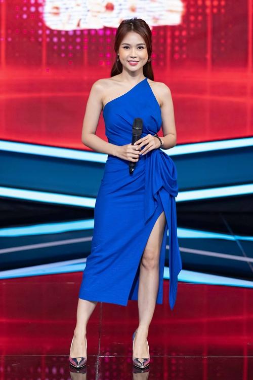 Sam lựa chọn đầm xanh cobalt cho một buổi dẫn bởi cô cho rằng đây là màu sắc của sự thành công. Các chi tiết cut-out táo bạo tạo đường nét gợi cảm cho người mặc. Cùng với Sam, bộ váy này từng được Ninh Dương Lan Ngọc diện trong một bộ ảnh.