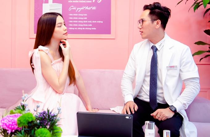 Hồ Ngọc Hà trò chuyện cùng bác sĩ thẩm mỹ.
