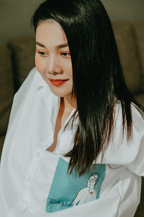 Là một tín đồ thời trang thực thụ của showbiz Việt, Thanh Hằng luôn cập nhật nhiều xu hướng mới để thể hiện vẻ đẹp hợp mốt. Bên cạnh đó, áo sơ mi trắng là món đồ không thể thiếu của siêu mẫu.