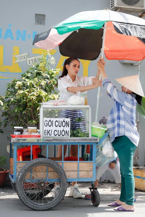 Đang mang thai lớn, chị Liễu gặp không ít khó khăn trong công việc buôn bán ngoài đường.