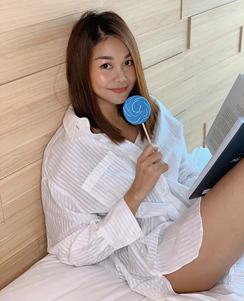 Với sơ mi trắng, Thanh Hằng vẫn có thể đốt mắt fan bằng phong cách sexy theo mốt giấu quần.