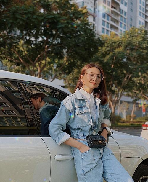Diện jumspuit jeans theo phong cách menswear, sơ mi trắng được Thanh Hằng dùng làm điểm nhấn nhẹ nhàng và hài hoà tông màu cho tổng thể.