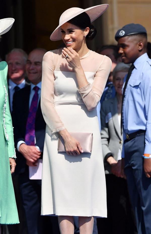 Meghan Markle rạng rỡ trong mẫu đầm pastel ở sự kiện mừng sinh nhật lần thứ 70 của Thái tử Charles hôm 22/5. Thời gian đó, cô chủ yếu mặc đồ màu nhạt.
