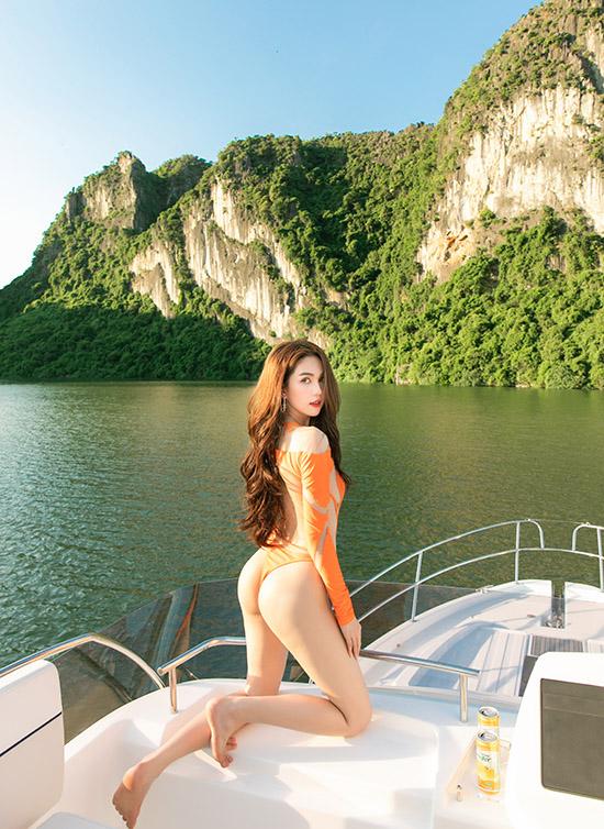 Ngọc Trinh vừa có chuyến du lịch mừng sinh nhật lần thứ 31. Người đẹp diện áo tắm kiểu dáng táo bạo, tự tin với hình thể sexy.