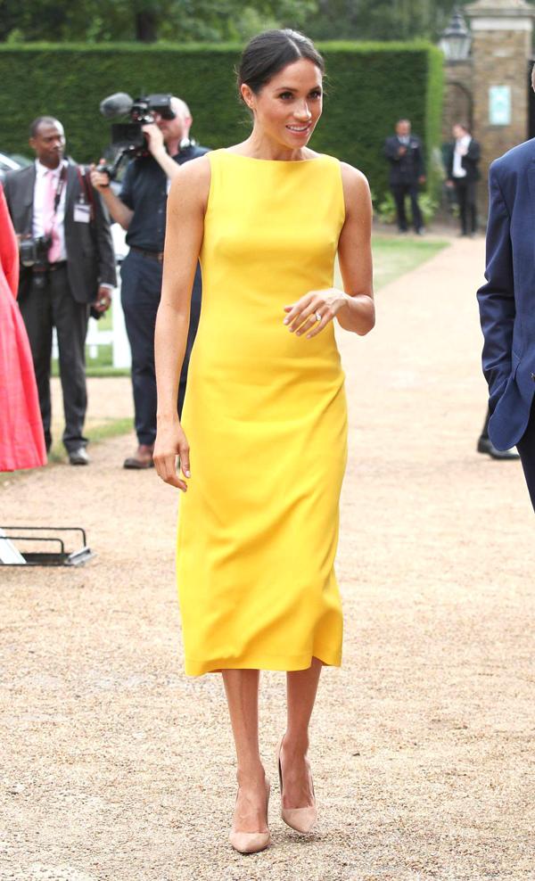 Tháng trước, vợ Hoàng tử Harry gây chú ý khi diện váy vàng nổi bật từ thương hiệu Brandon Maxwell, giá 1.300 bảng Anh (gần 40 triệu đồng).