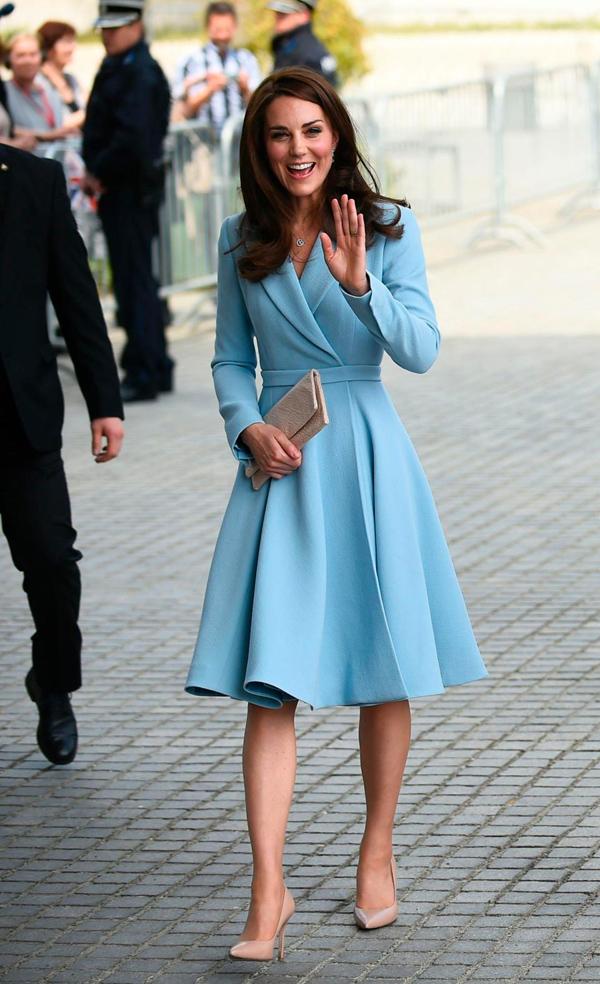 Nữ công tước xứ Cambridge còn yêu thích gam xanh da trời dịu mắt.