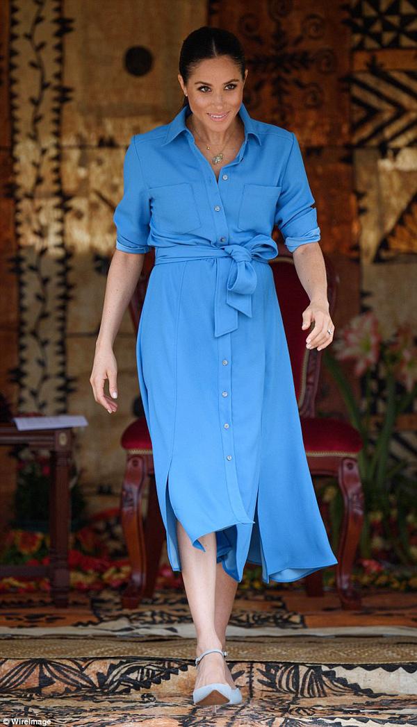 Meghan được khen ngợi về gu mặc tươi trẻ trong ngày thứ hai ở Tonga, sáng 26/10.