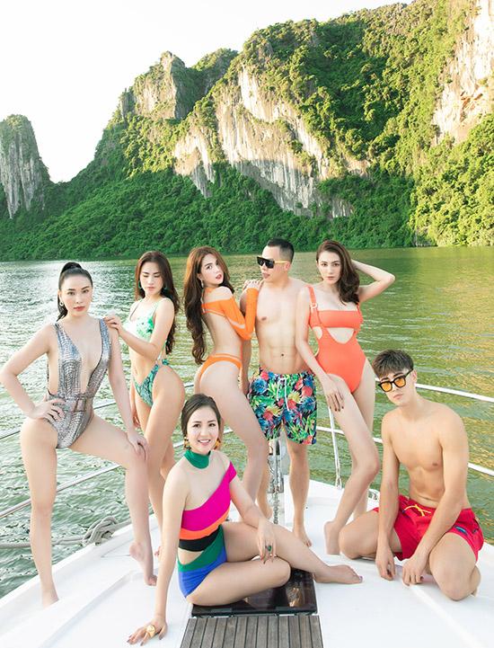 Bầu Tiệp mặc quần short hoa khoe cơ bụng 6 múi chụp ảnh cùng mẫu nam người Nga Yura Po (quần short đỏ) và dàn chân dài.