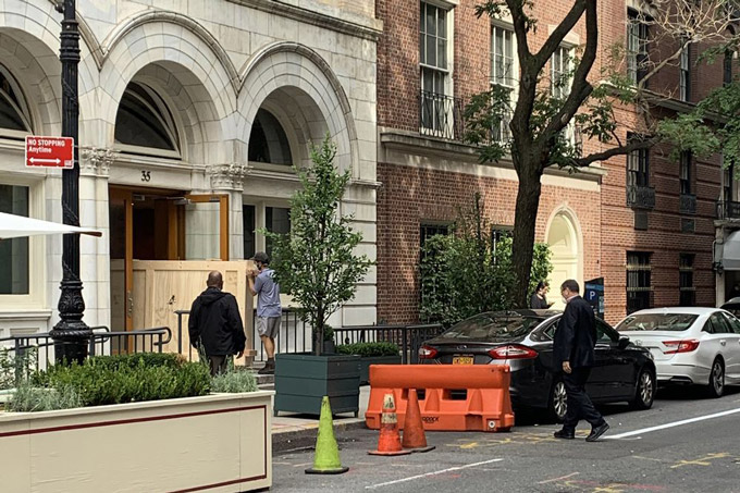 Những nhân viên của công ty vận chuyển đang đưa các thùng tác phẩm nghệ thuật từ nhà tỷ phú Perelman ở Upper East Side ra xe tải. Ảnh: Bloomberg.