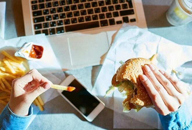 Bạn sẽ không thể giảm cân nếu ăn uống mất kiểm soát.