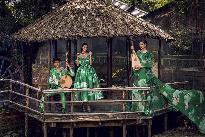 Trung thành với các phom dáng cổ điển , váy trễ vai tùng xòe tiếp tục được trình làng với màu sắc và hoạ tiết độc quyền.