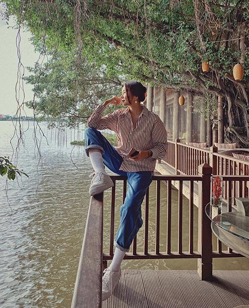 Kiểu sơ mi dáng rộng mang lại cảm giác thoải mái và tự do được và quần jeans xanh cổ điển luôn được lòng nữ chính của phim Chị chị em em.