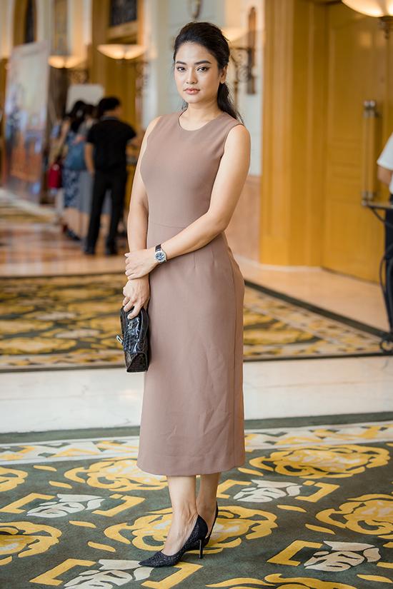 Lửa ấm là bộ phim đánh dấu sự trở lại của Thuý Hằng với truyền hình sau 5 năm vắng bóng để dành thời gian vun vén cho gia đình và việc kinh doanh. Cô từng được chú ý với bộ phim Mưa bóng mây.