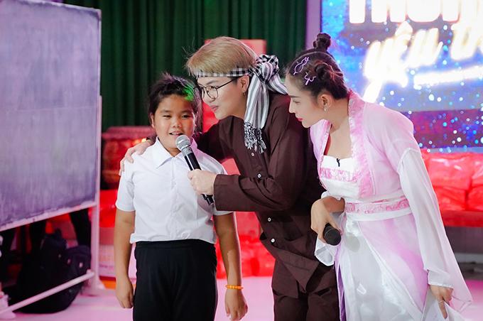 Các bạn nhỏ rất hào hứng khi tham gia trò chơi cùng Duy Khánh và Khả Như.