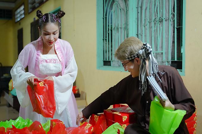 Từ Sài Gòn xuống Long An, hai nghệ sĩ không hề thấy mệt mỏi mà ngay lập tức bắt tay vào sắp xếp quà cáp cho các bạn nhỏ.