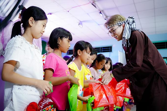 Nhìn các bé hồn nhiên vui chơi, Duy Khánh cảm thấy thêm lạc quan và yêu cuộc sống. Anh hy vọng sẽ có thêm nhiều mạnh thường quân giúp đỡ để các em ở mái ấm có điều kiện tốt hơn.