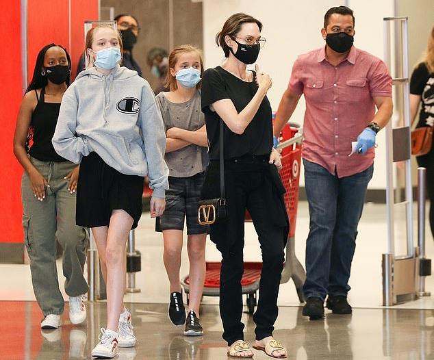 Angelina Jolie cùng các con đi siêu thị vẫn chấp hành đúng quy định của dịch bệnh - ảnh 2