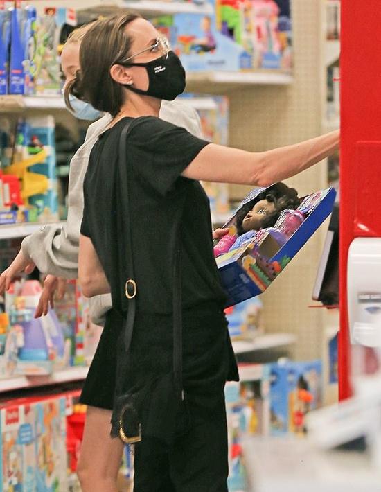 Angelina Jolie cùng các con đi siêu thị vẫn chấp hành đúng quy định của dịch bệnh - ảnh 3