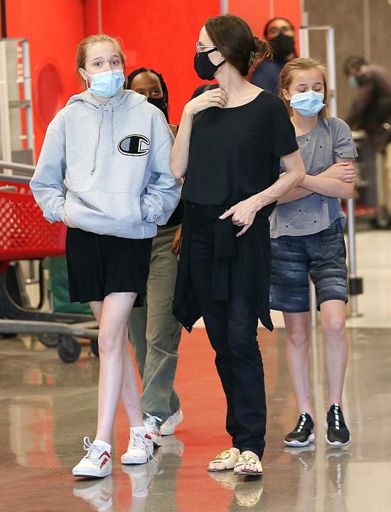 Angelina Jolie cùng các con đi siêu thị vẫn chấp hành đúng quy định của dịch bệnh - ảnh 1