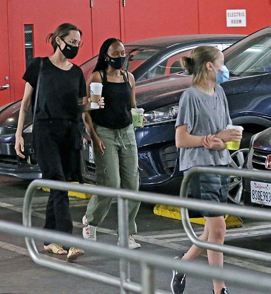 Angelina Jolie cùng các con đi siêu thị vẫn chấp hành đúng quy định của dịch bệnh - ảnh 7