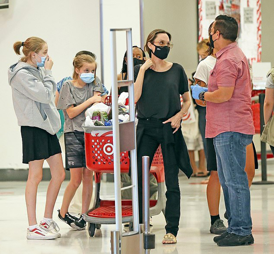 Angelina Jolie cùng các con đi siêu thị vẫn chấp hành đúng quy định của dịch bệnh - ảnh 6
