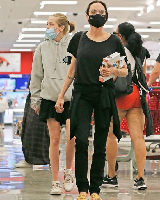 Angelina Jolie cùng các con đi siêu thị vẫn chấp hành đúng quy định của dịch bệnh - ảnh 5