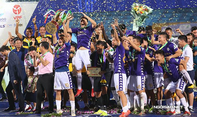 Văn Quyết và các đồng đội nâng cao chiếc Cup vô địch sau khi CLB Hà Nội đánh bại Viettel ở trận chung kết Cup Quốc gia 2020 tối 20/9. Đây là lần thứ hai liên tiếp, đội quân của HLV Chu Đình Nghiêm giành danh hiệu này.