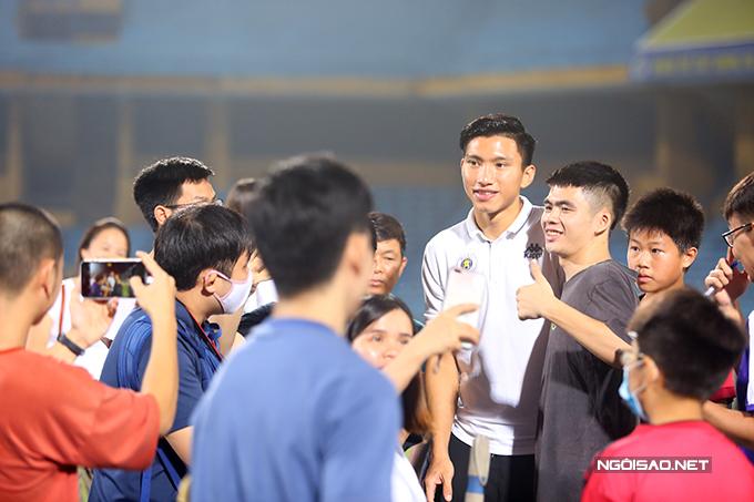 Văn Hậu được nhiều fan vây quanh xin chụp ảnh cùng. Hậu vệ người Thái Bình chưa kịp thi đấu cho CLB Hà Nội tại Cup Quốc gia mùa này vì dính chấn thương.