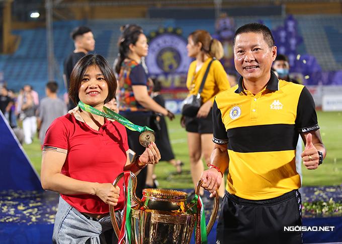 HLV Chu Đình Nghiêm trao lại huy chương cho vợ.