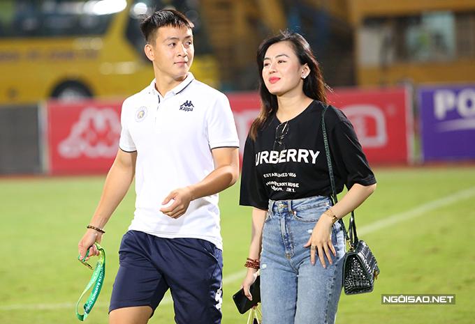 Tiền vệ trẻ Mạch Ngọc Hà sánh bước bên bạn gái sau khi nhận huy chương và nâng Cup.