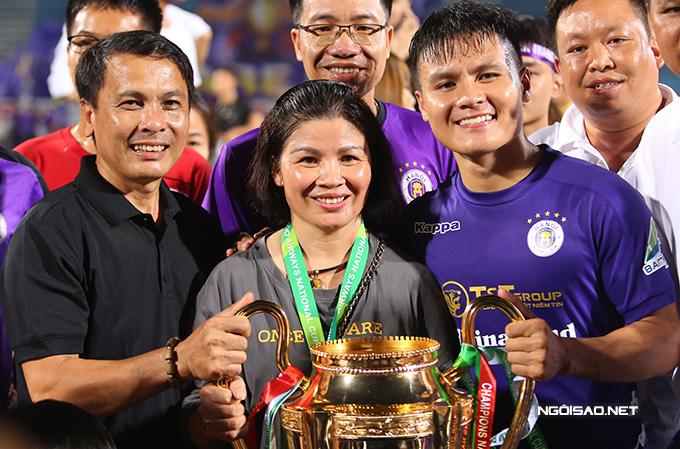 Quang Hải chia sẻ niềm vui cùng bố mẹ. Tiền vệ quê Đông Anh chính là người ghi bàn ấn định chiến thắng 2-1 cho CLB Hà Nội.