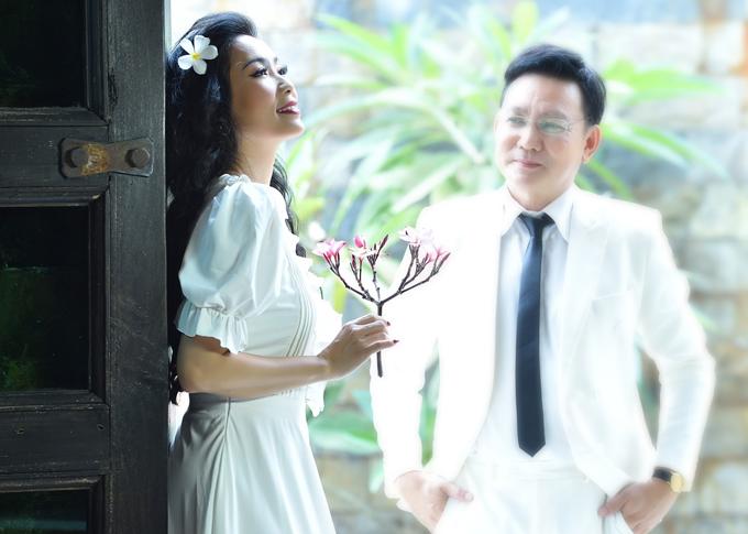 Trịnh Kim Chi điệu đà làm duyên với hoa sứ trong khi ông xã say sưa ngắm cô.