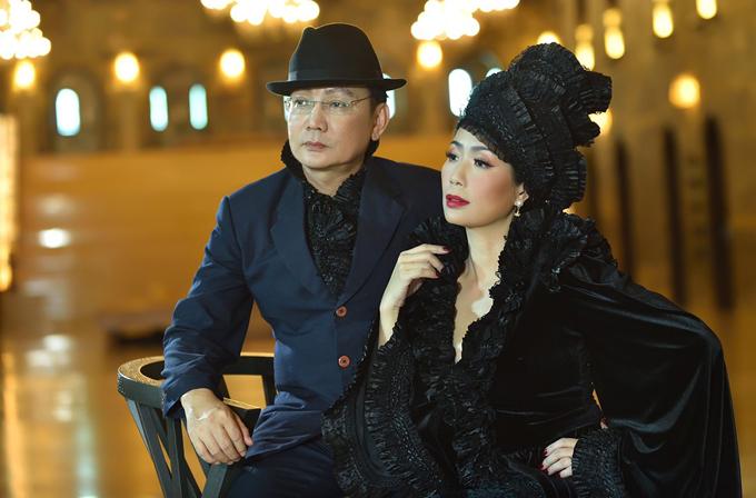 Vợ chồng Á hậu với trang phục ton-sur-ton đen phong cách cổ điển.