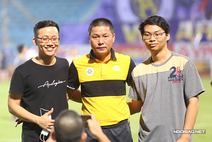 HLV Chu Đình Nghiêm được nhiều fan xin chụp ảnh sau lễ trao giải.