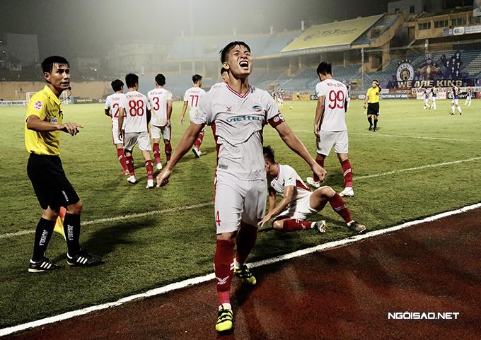 Viettel là đội mở tỷ số trước sau pha đệm bóng chính xác của tiền vệ Ngọc Sơn ở phút 75.
