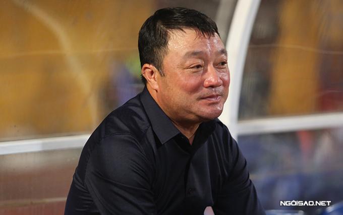 HLV Trương Việt Hoàng đăm chiêu nhìn Hà Nội nâng Cup.