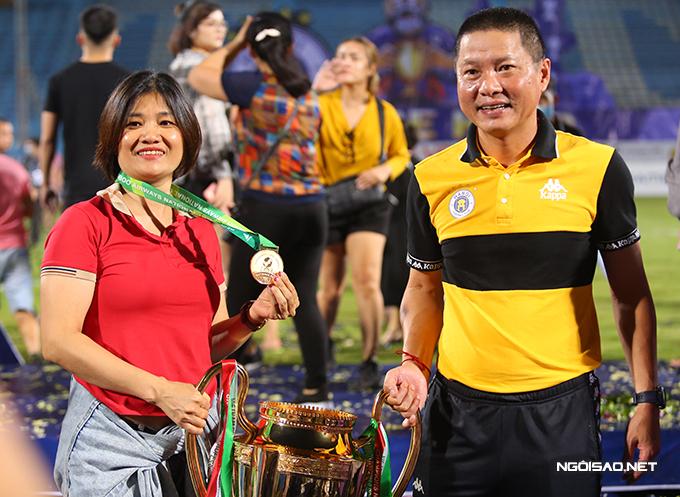 Trong khi đó, HLV Chu Đình Nghiêm của CLB Hà Nội được chia sẻ niềm vui với vợ. Nhà cầm quân người Thanh Hóa giúp Hà Nội hai năm liền vô địch Cup Quốc gia.