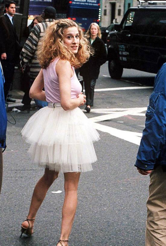 Váy tutu Những chiếc váy tulle bồng bềnh trở thành một trong những hit chính trong những năm đó nhờ nhân vật chính Carrie Bradshaw của phim truyền hình Sex and the City. Tutu nổi tiếng đến nỗi ngay cả phụ nữ trưởng thành cũng không thể cưỡng lại việc mặc chúng.