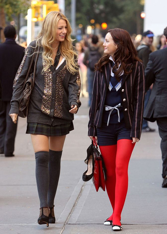 Quần tất màu nổiNhững chiếc quần tất sáng màu với nhiều màu sắc phổ biến vào những năm 00 trong hầu hết các trường hợp không phù hợp với diện mạo tổng thể. Nếu hôm nay nó có vẻ vô cùng kỳ quặc, thì hồi đó họ có thể biến bạn thành một cô gái thời trang nhất lớp.