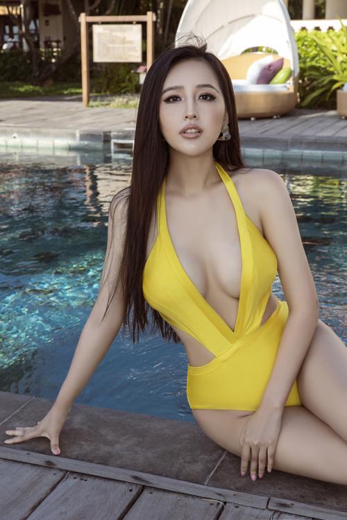 Áo tắm cut-out táo bạo được Mai Phương Thúy sử dụng để tôn vòng một nóng bỏng. Đây cũng là mốt đồ bơi được nhiều sao Việt ưa chuộng ở mùa hè thu 2020.