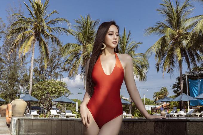 Áo tắm liền thân với những sắc màu nổi bật, kiểu dáng thịnh hành giúp Hoa hậu VN 2006 tôn vẻ đẹp khỏe khoắn và gợi cảm khi đi du lịch.