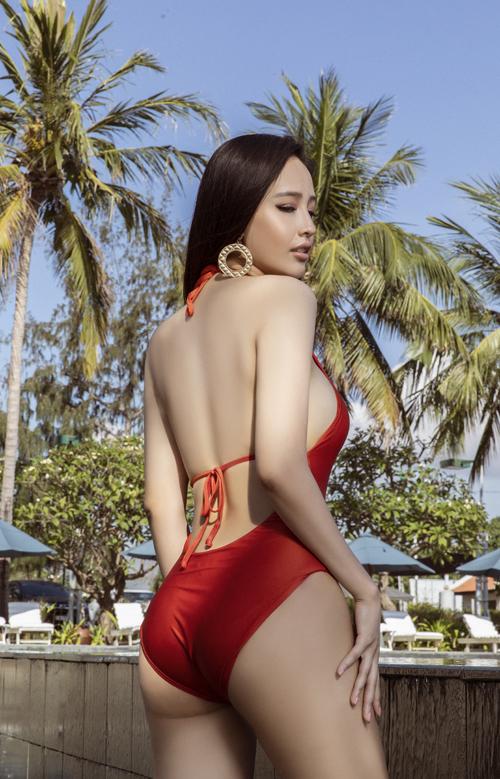 Trong bộ ảnh mới thực hiện ở khu nghỉ dưỡng cao cấp, Mai Phương Thúy chọn các kiểu áo tắm hợp trend để khoe triệt để đường cong.